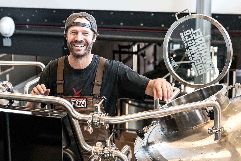 Bier Broeders bierbrouwer bij brouwinstallatie
